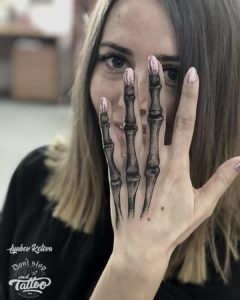 Фото тату на пальцах скелет