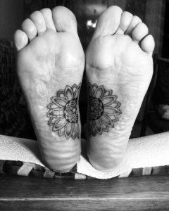 Фото тату на ступне цветок