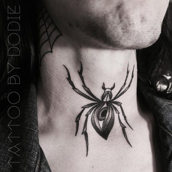 Татуировка таинственного паука на шее