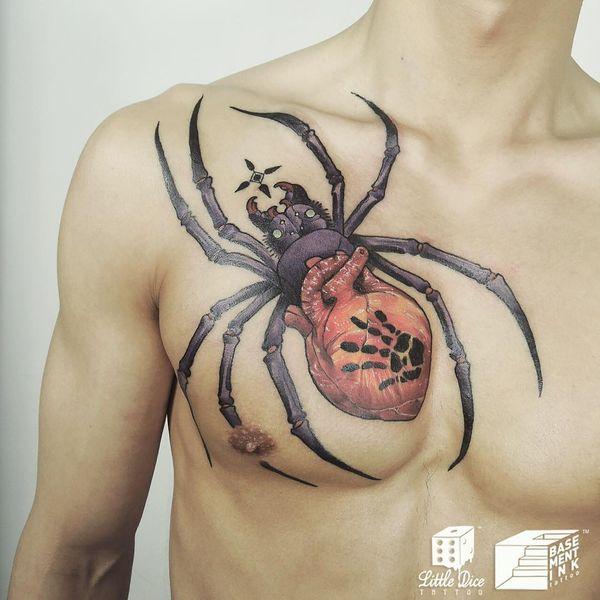 Большой красочный паук с сердцем на груди