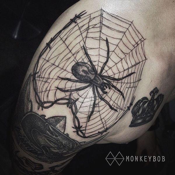 паук с паутиной и проволкой на плече