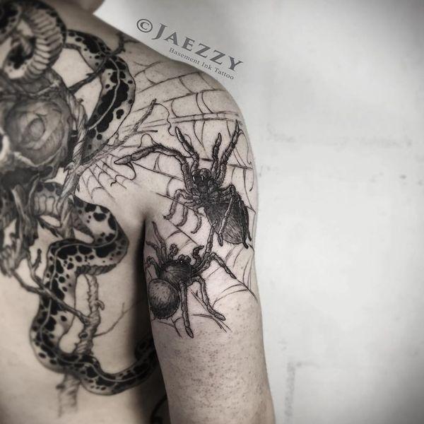 Потрясающий дизайн татуировки тарантула на плече