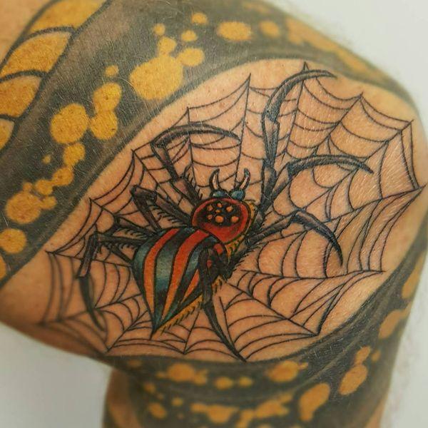 Яркая в стиле новой школы татуировка паука и паутины на колене