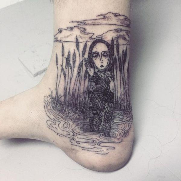 Необычная татуировка скорби на лодыжке