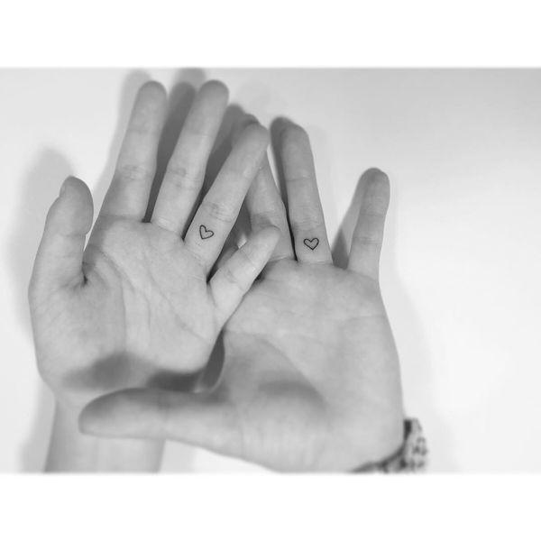 тату сердец на безымянных пальцах