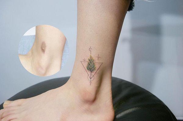 Древние символы в одной тату лодыжки