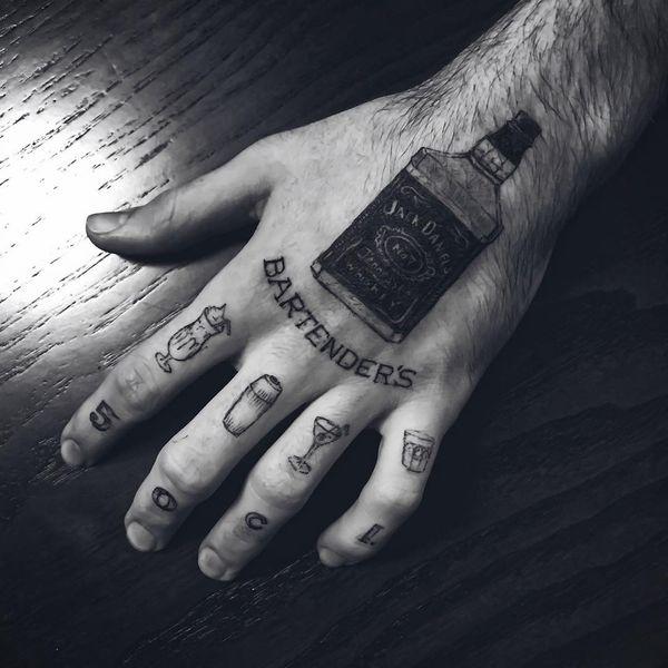 тату бокал, кружка, стакан на пальцах