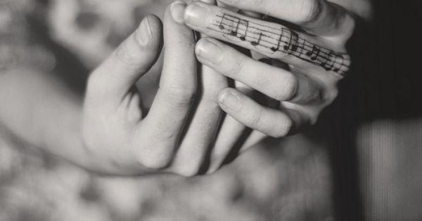 музыкальная татуировка на пальце
