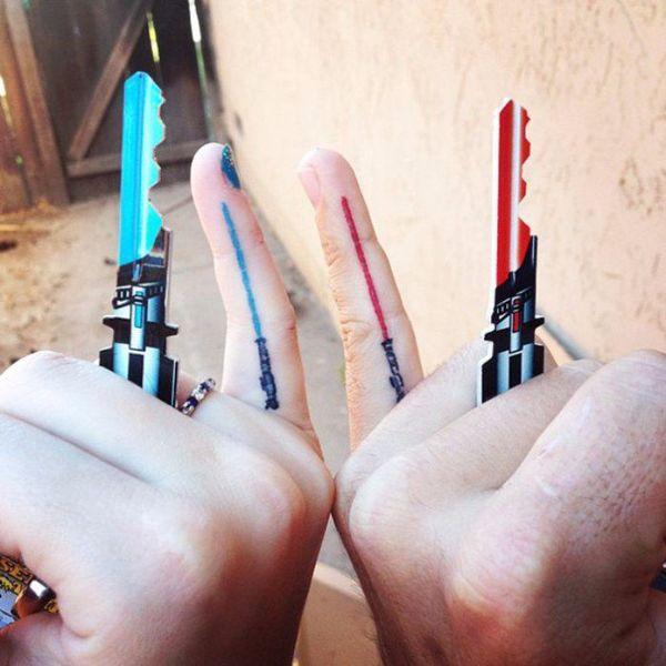 синий и красный меч на пальцах