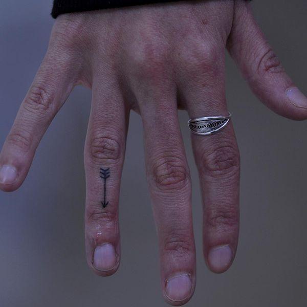 тату стрела на безымянном пальце