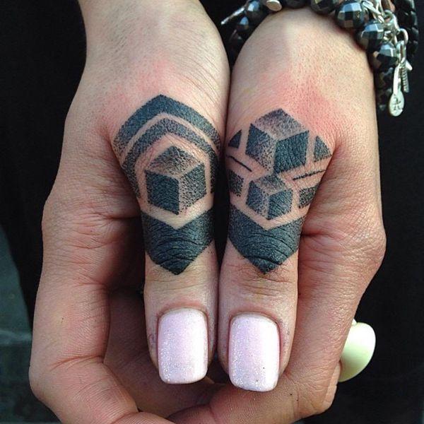 тату геометрических фигур на больших пальцах