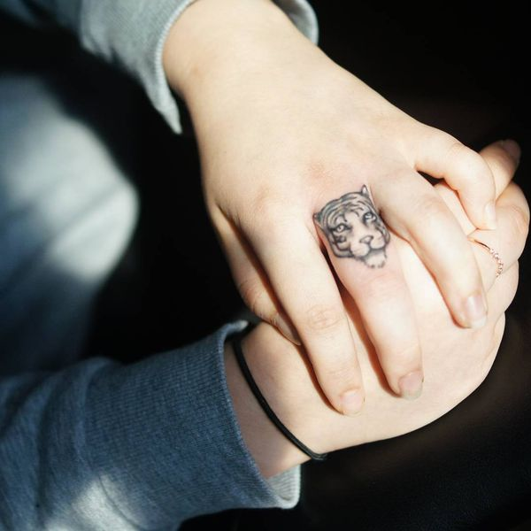 татуировка белого тигра на среднем пальце
