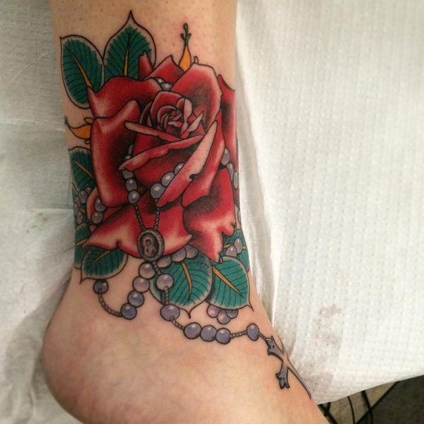 Кроваво-красная татуировка на ноге