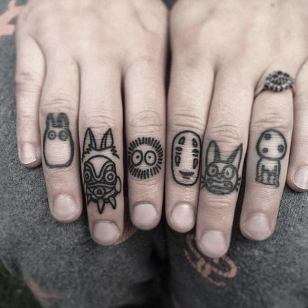 тату существ на пальцах