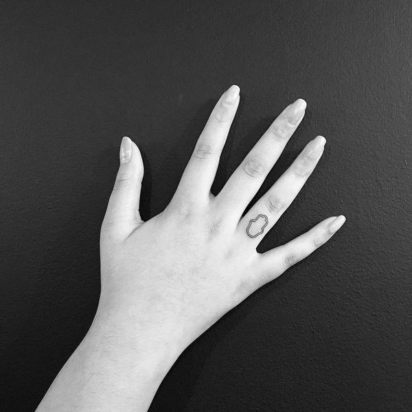 мини тату хамса на пальце для девушек