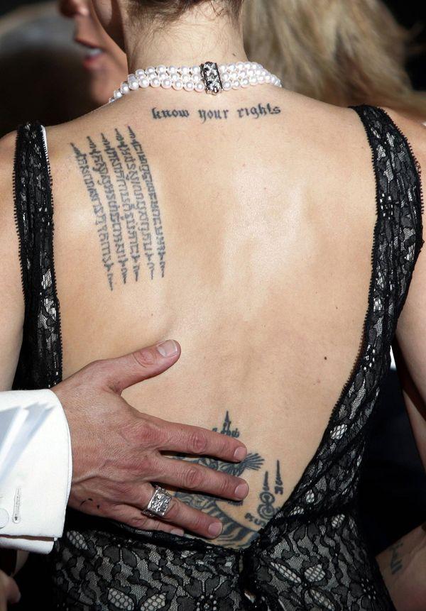 Анджелина Джоли иврит буквы тату на спине