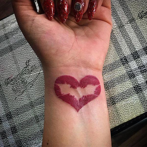 Бэтмен символ в тату на запястье для женщины