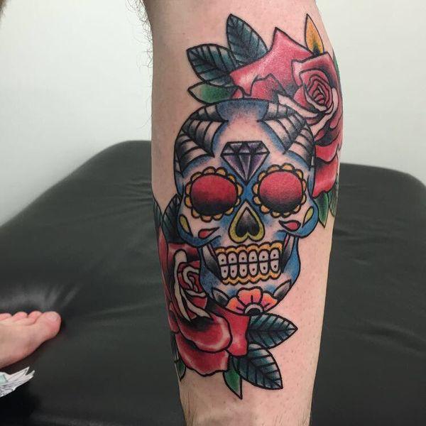 Разноцветная татуировка черепа на ноге