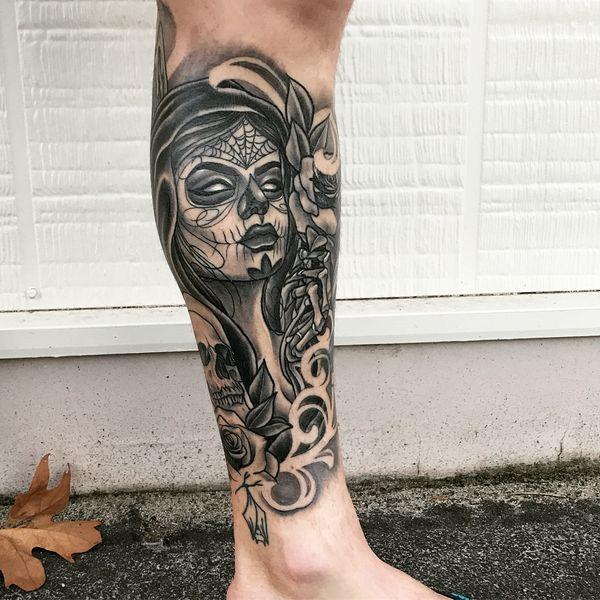 Крутая испанская татуировка черепа на икре