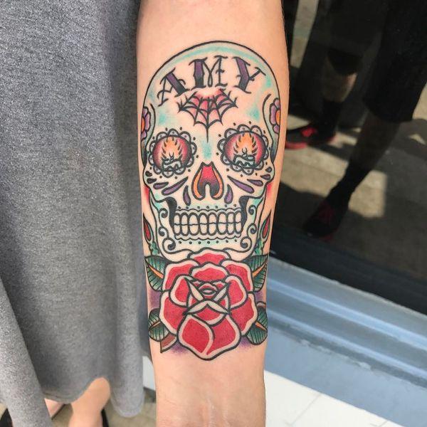 Женская классическая татуировка с сахарным черепом