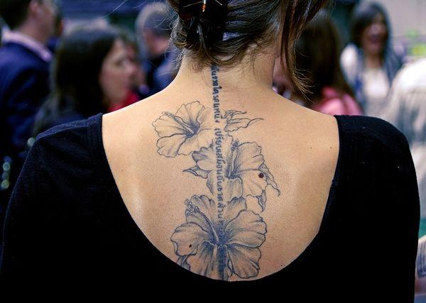 Великолепная надпись на иврите и тату с цветами на спине