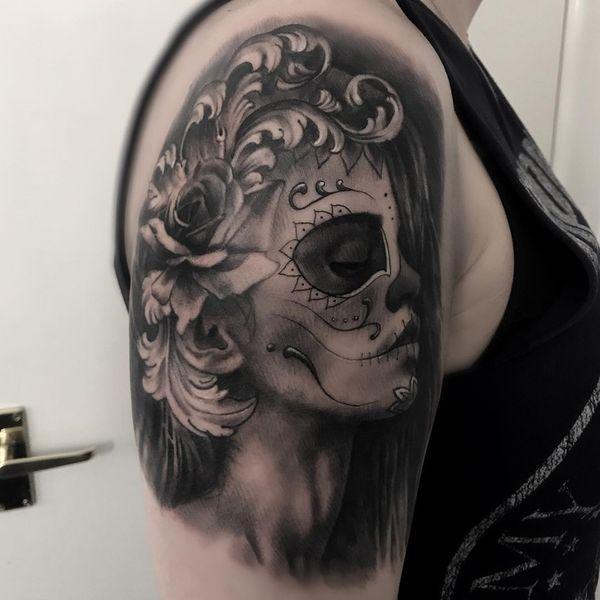 Цыганская татуировка черепа с розой