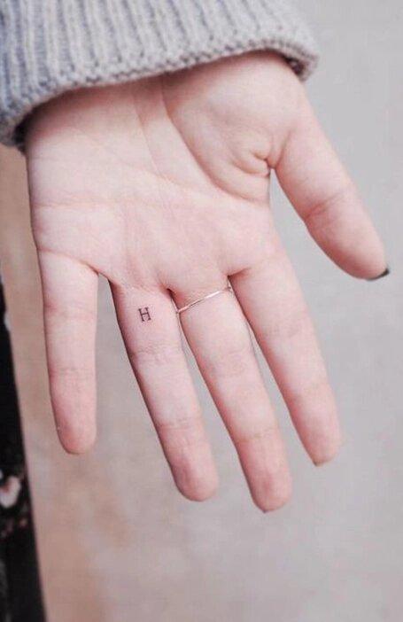 тату на внутренней стороне пальца