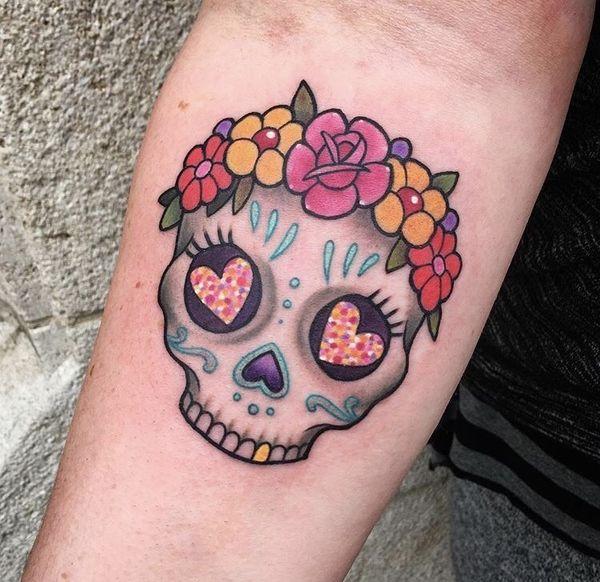 Симпатичная и девчушка с татуировкой в виде черепа