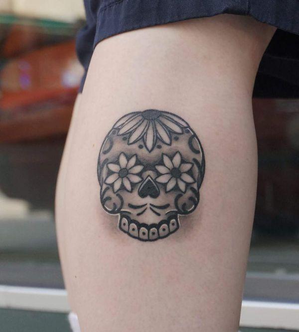 Маленькие татуировки черепа с сахаром в черном