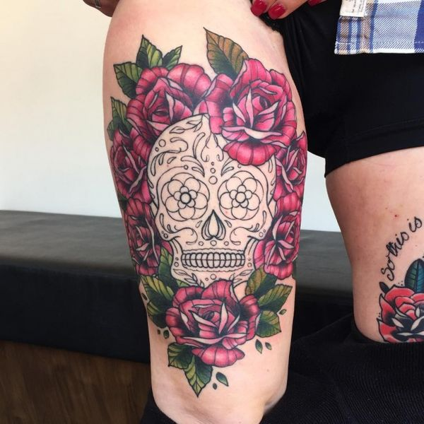 Сахарный череп среди цветов тату