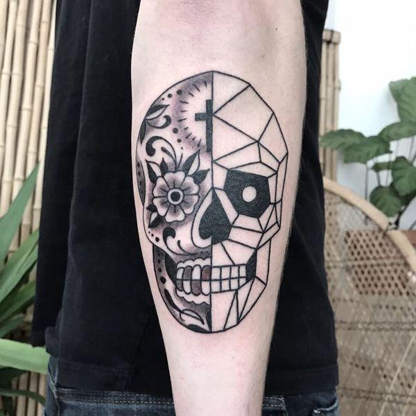 Сахарная татуировка черепа на руке с геометрическими линиями