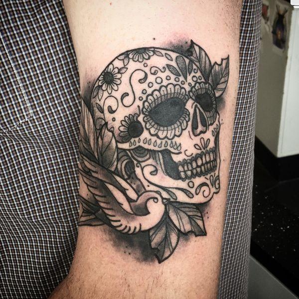 Сахарная татуировка черепа с цветами на руке