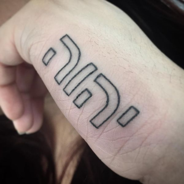 Великолепная геометрическая татуировка на иврите под рукой