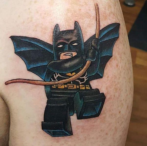Лего Бэтмен татуировка на плече
