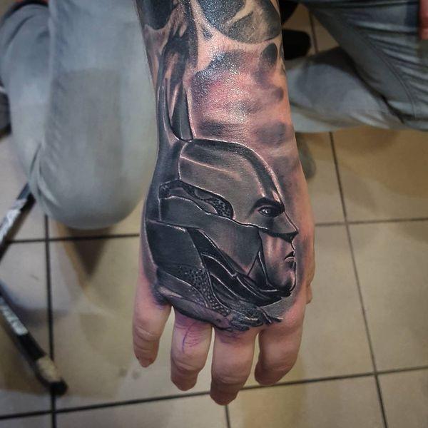 Черно-белая татуировка Бэтмена на руке
