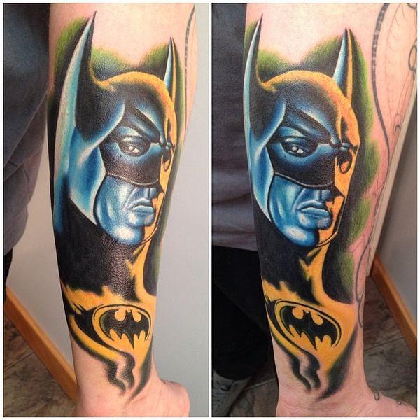 Красочная татуировка предплечья Бэтмена с логотипом