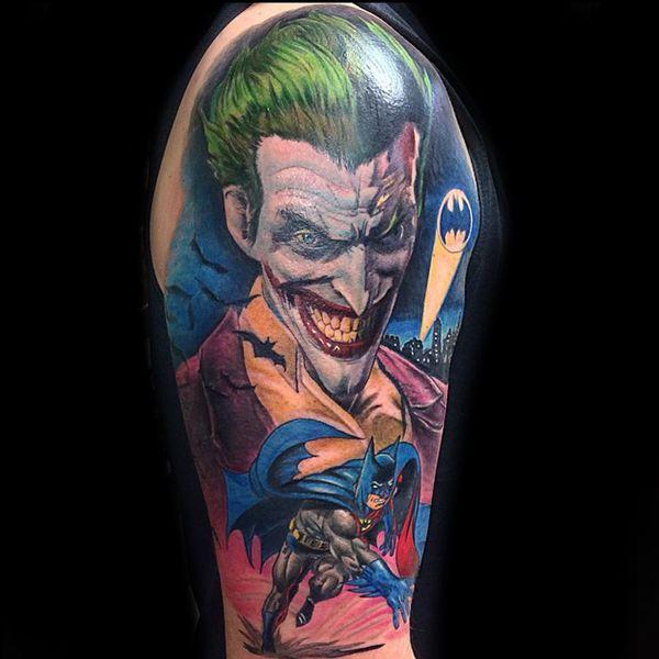 Динамичная татуировка Бэтмена и Джокера на рукаве
