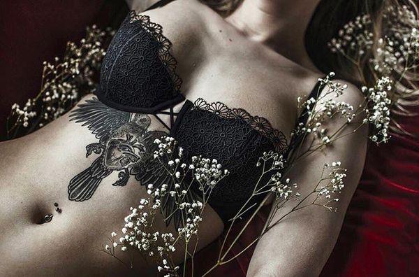 Женская татуировка грудины птица и сердце