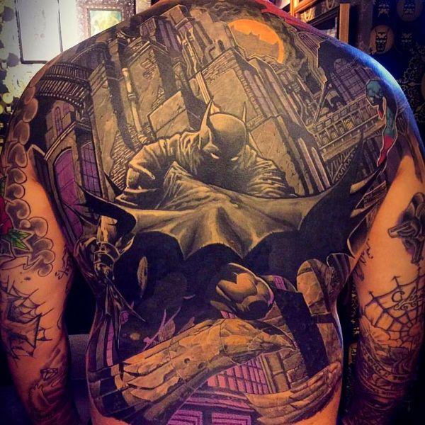 Массивная татуировка Бэтмена на спине