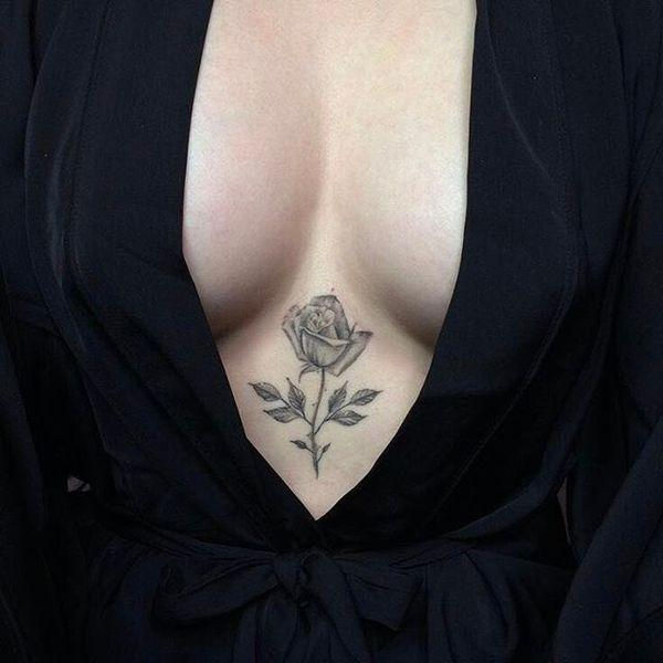 Маленькая черно-серая татуировка розы