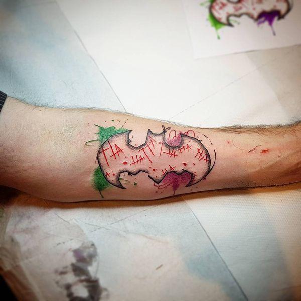 Сладкая татуировка с логотипом Бэтмена в стиле акварели