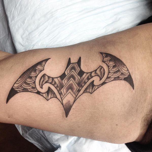Племенной знак Бэтмена на татуировке бицепса