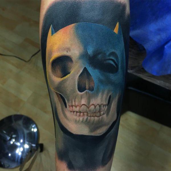 Уникальная татуировка черепа Бэтмена на предплечье