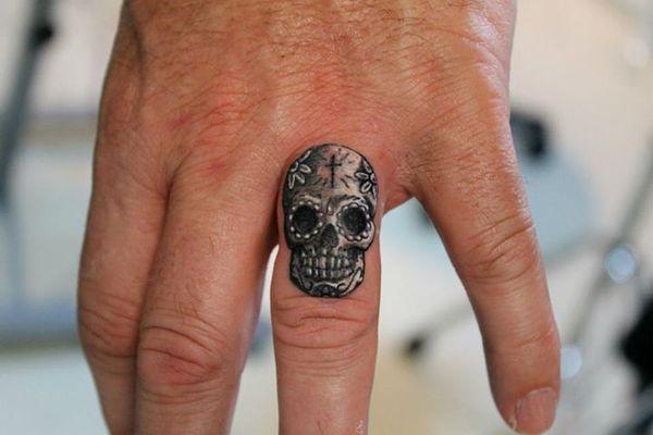 Крошечный сахарный череп татуировка пальца