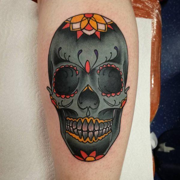 Традиционная татуировка с сахарным черепом для женщин