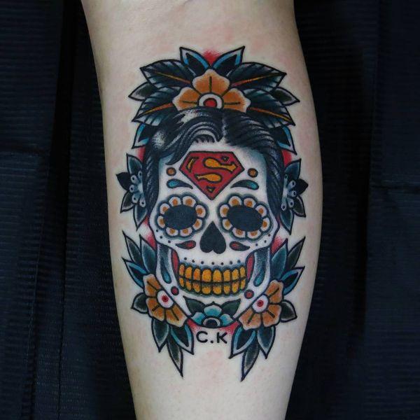 Необычная татуировка сахарного черепа с волосами