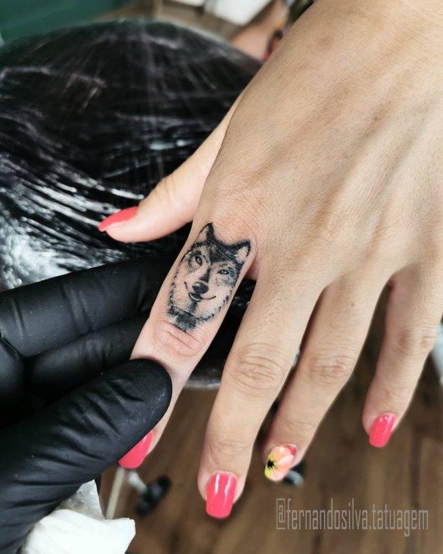 Морда волка на пальце руки