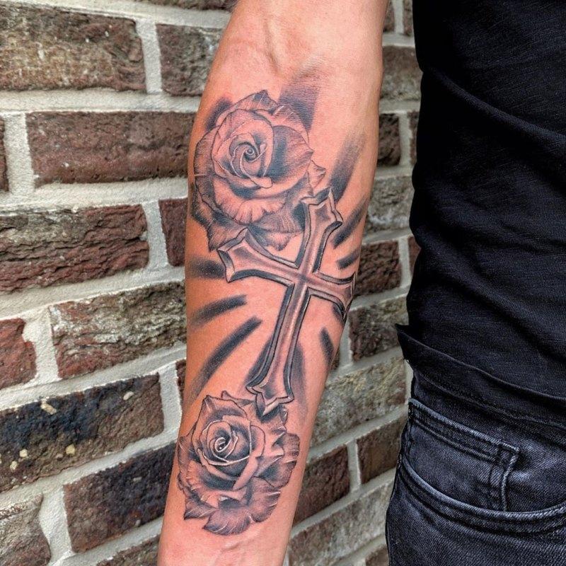 Крест с двумя розами на предплечье