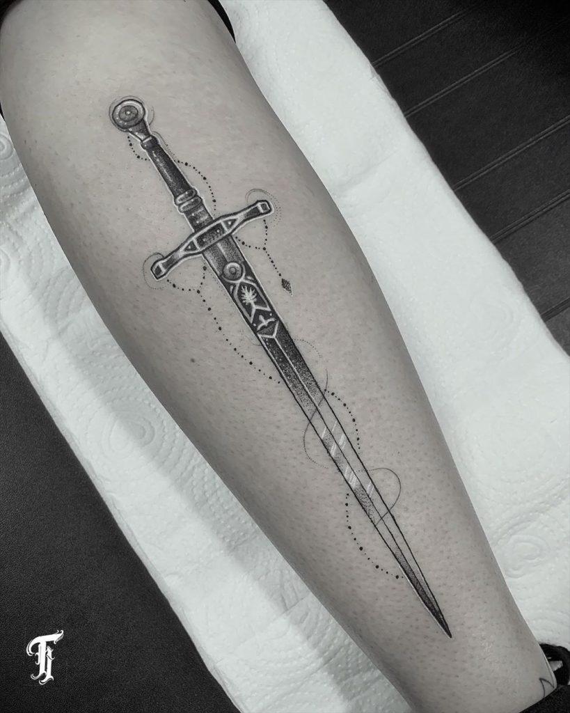 Изящная татуировка меча на ноге
