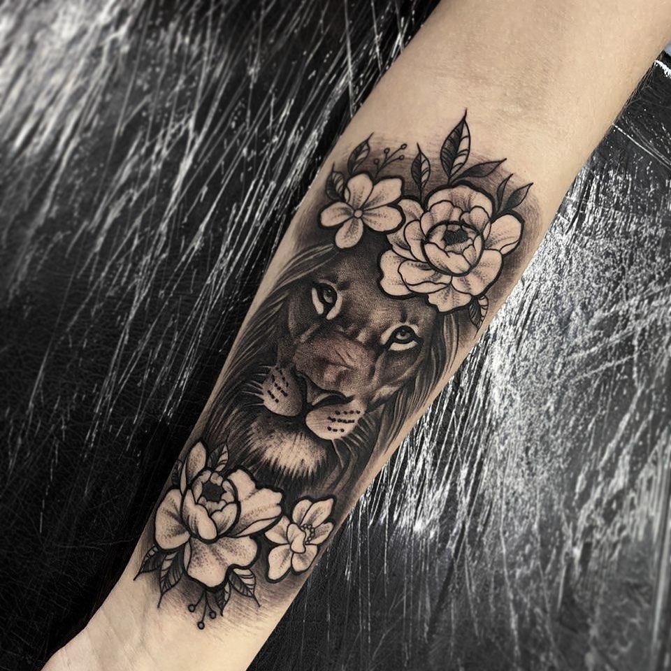 Лев в окружении цветов